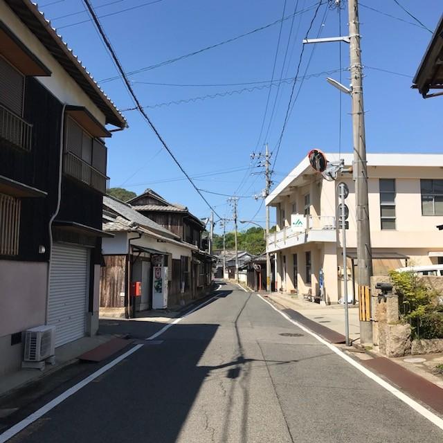 本村 バス通りは普段バスを待つ観光客の方でぎっしりです。
